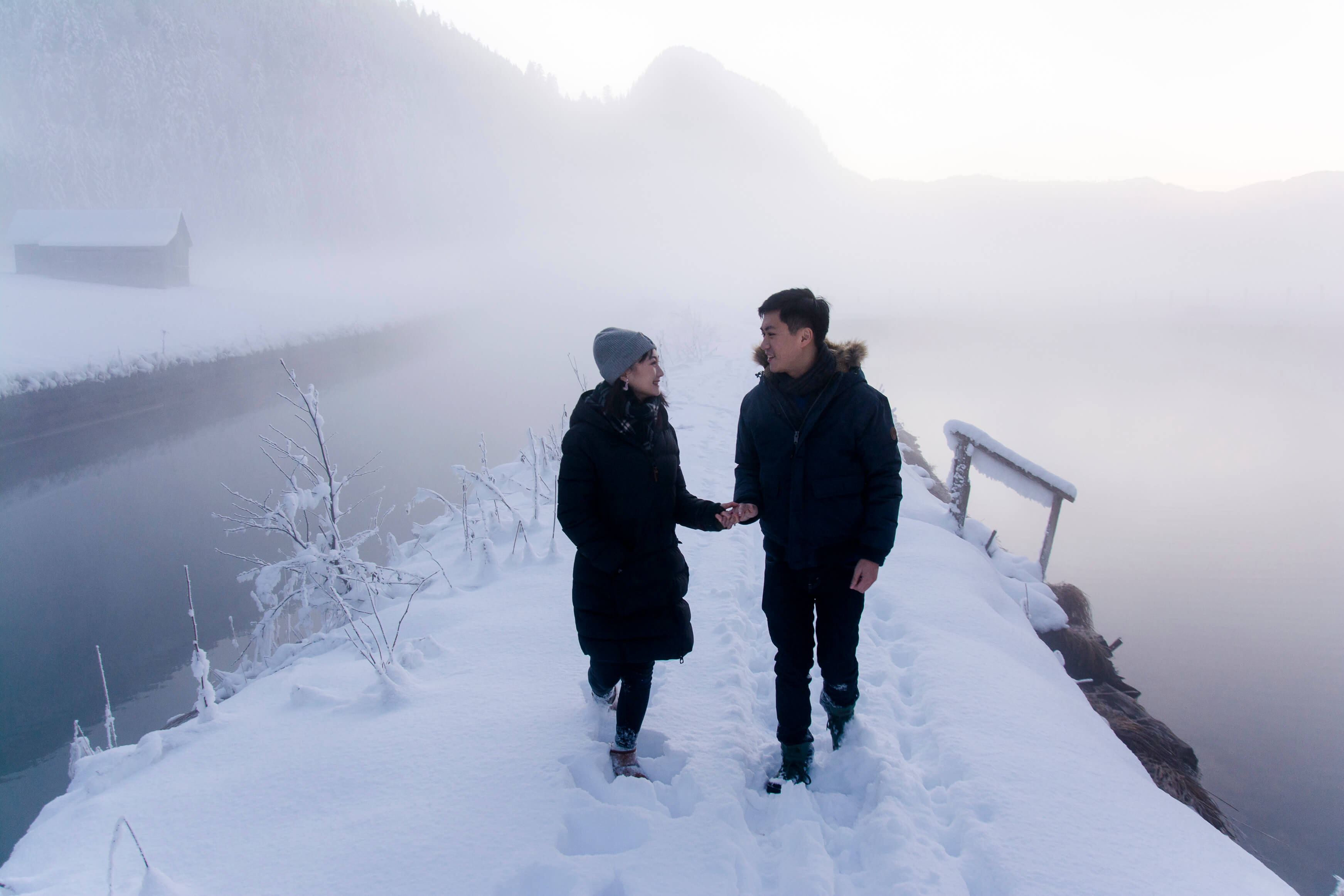 Engagement pictures in the snow Hallstatt Austria